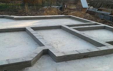 Для постройки домов из пеноблоков рекомендуется монолитный фундамент