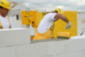 При монтаже строительных конструкций из различных блоков, кладки пеноблоков и блоков из газобетона, элементов перегородок из газобетона при возведении как внутренних, так и наружных стен