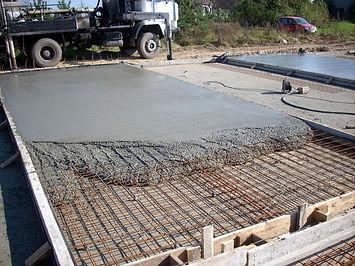 для обустройства монолитного фундамента старайтесь использовать заводскую смесь бетона