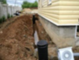Кольцевая дренажная система призвана отводить подземные воды. Она устраивается по периметру дома на расстоянии от него 5-8 м. Таким образом, создается контур, внутри которого грунт остается сухим.