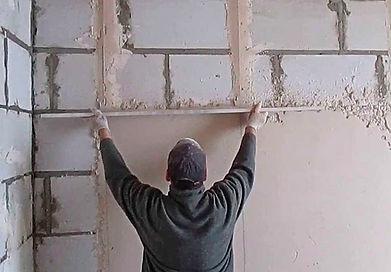 Исходя из толщины слоя в 10 мм, расход сухой штукатурной смеси, составит около 1.1 кг на квадратный метр стены из пеноблоков