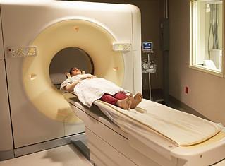 En que momento se debe realizar una Tomografia de Cráneo (TC) en pacientes con vértigo/mareo?