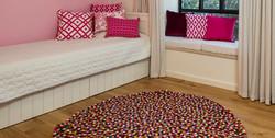 שטיח בחדר נערה