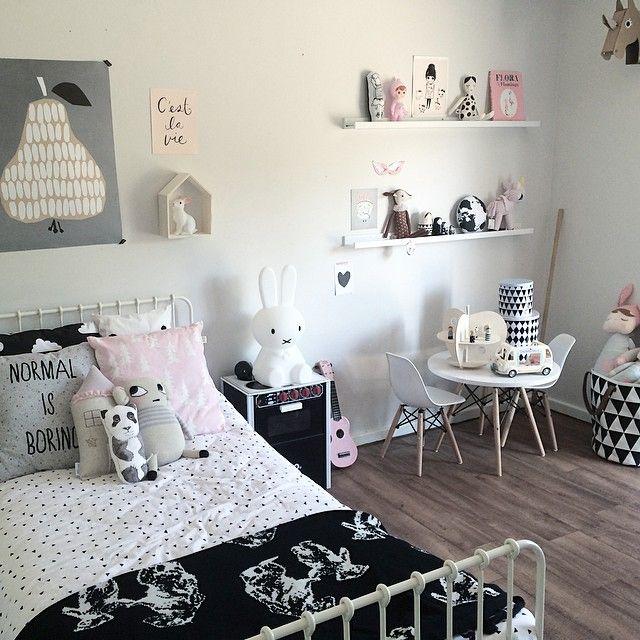 חדר ילדים שחור לבן עם טאצ' לבנות