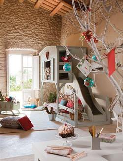 בית עץ בתוך חדר הילדים