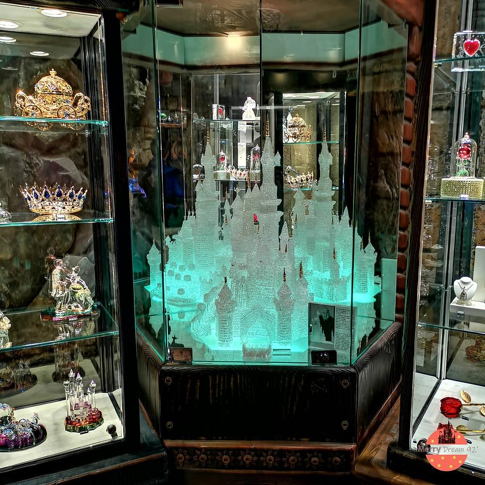 Dans la boutique de Merlin l'échanteur, tu pourras admirer la plus grande pièce confectionné par Arribas France : le Château de la Belle au Bois Dormant