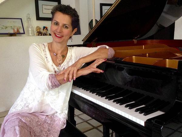 FOTO MH CON PIANO VIC.JPG