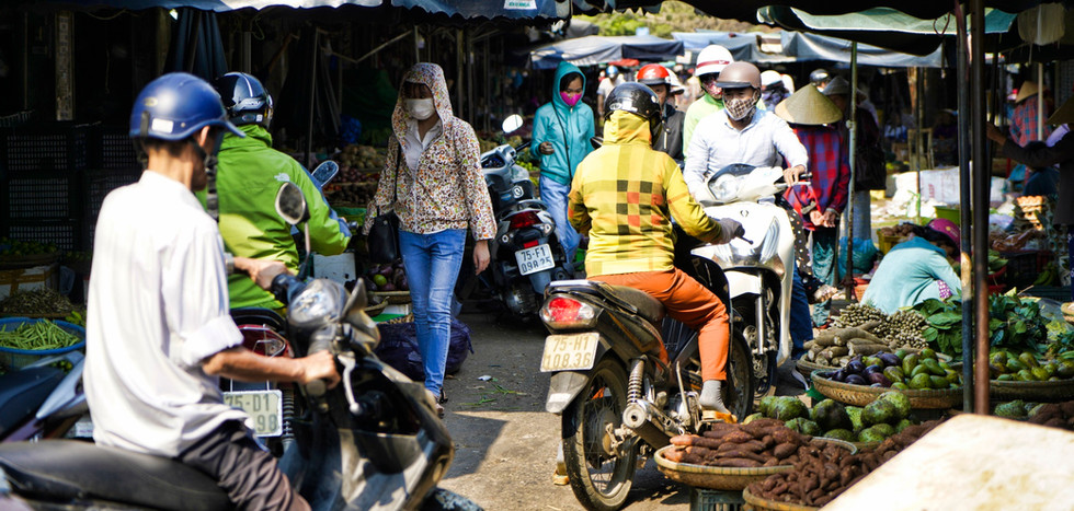Markt mit Mopeds in Vietnam.jpg