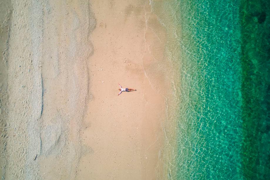 Strand auf Aka Island aus der Luft