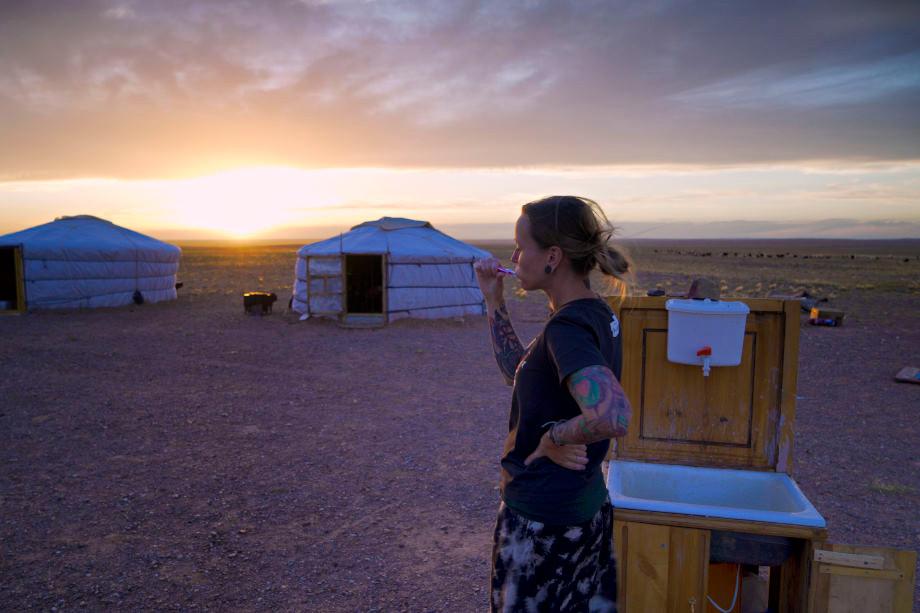 Zaehneputzen im Sonnenuntergang in der Mongolei