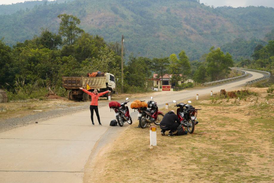 Mopeds neben Landstrasse in Vietnam