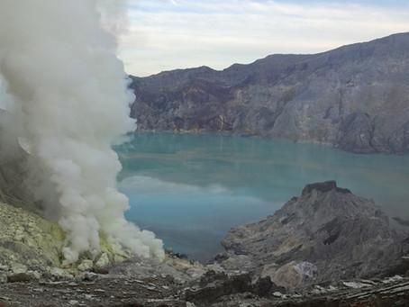 Mount Ijen - Abstieg in einen aktiven Vulkankrater
