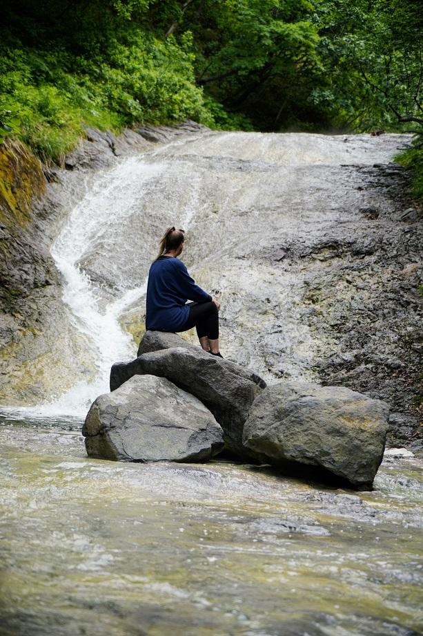 Blick auf den dampfenden Wasserfall