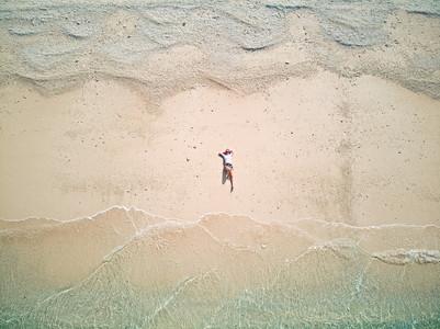 Kati am menschenleeren Strand