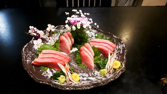Sashimi mit Blumendeko in Japan