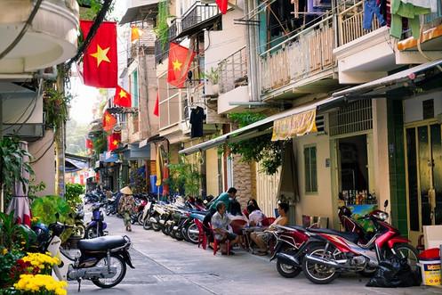 Strasse mit Moped in Vietnam.jpg