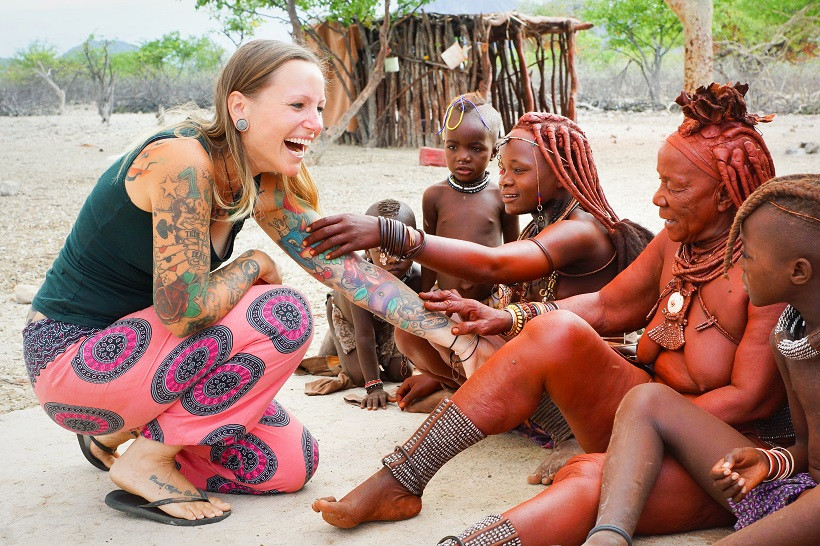 Himba begutachten ein Tattoo