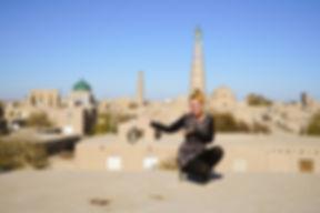 Kati posiert auf der Stadtmauer in Khiva