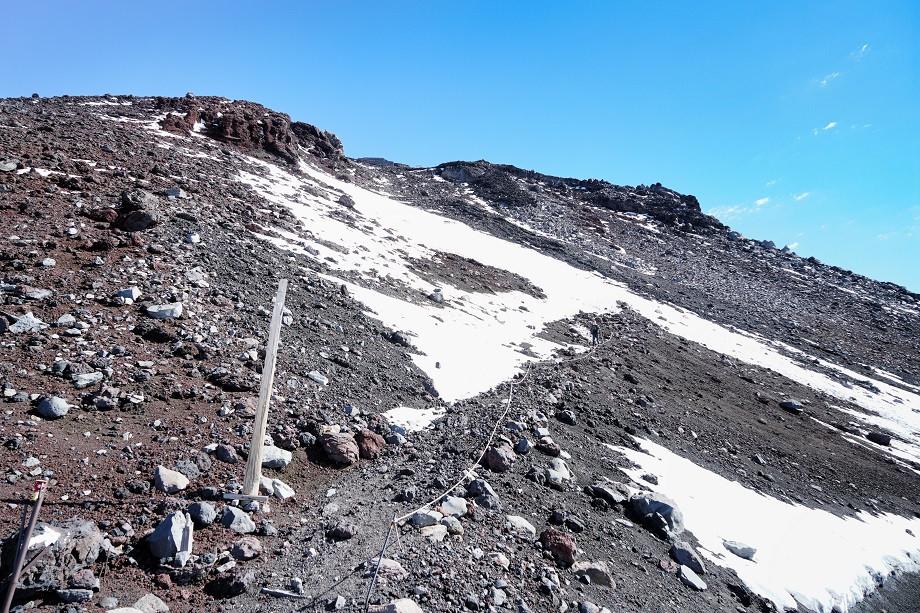 Schneebedeckter Wanderweg vor Gipfel des Fuji