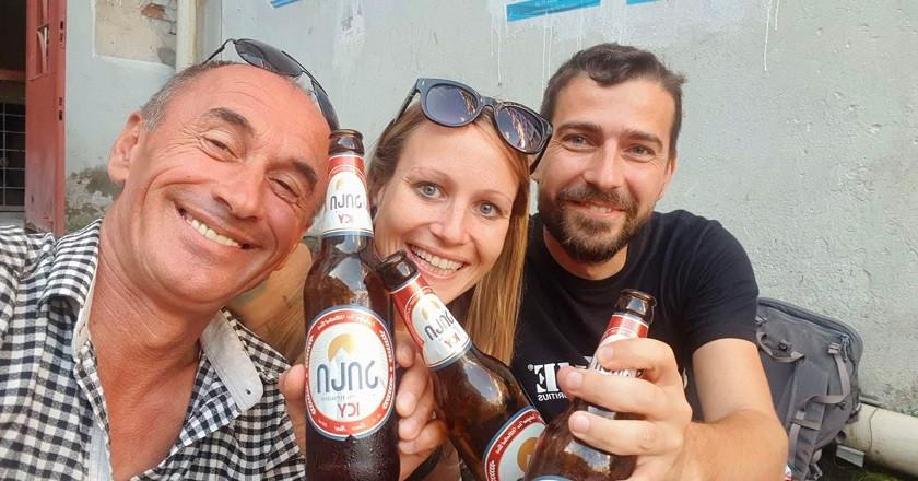Bier mit Freunden in Georgien