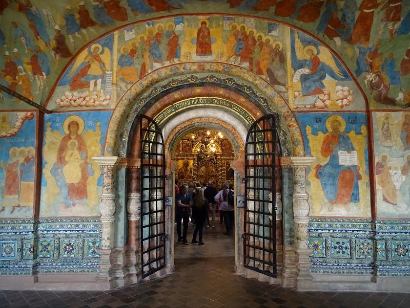 Fresken und Kircheneingang - Goldener Ring