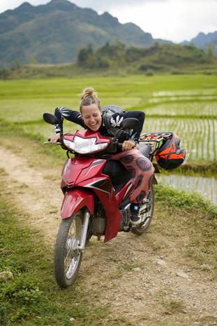 Kati lacht sich auf einem Moped kaputt
