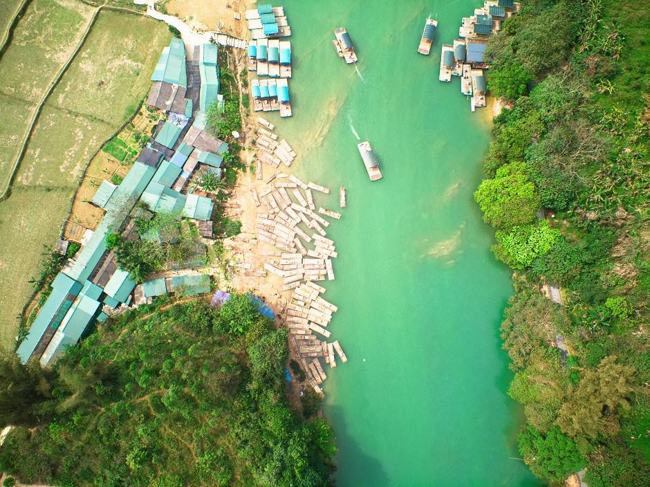 Ausflugsboote in Ban Gioc auf der Luft