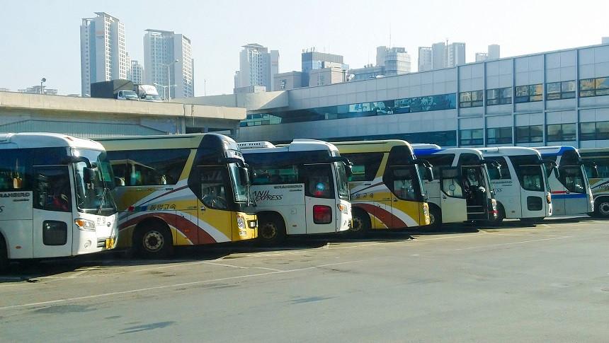 Reisebusse in am Busbahnhof in Südkorea