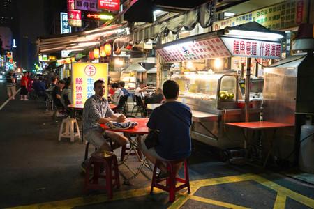 Hermann vor Streetfood Stand in Taiwan