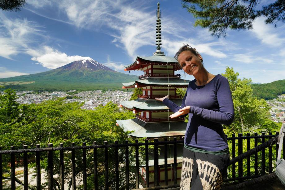 Blick auf eine Pagode und den Mount Fuji