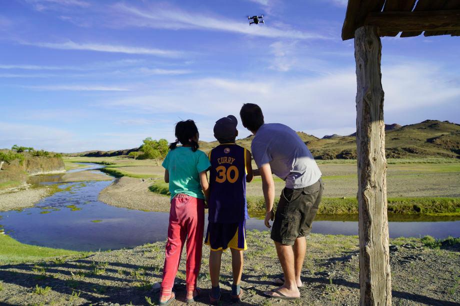 Hermann lässt Jungen in der Mongolei eine Drohne fliegen
