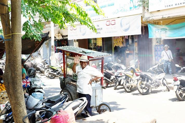Freundlicher Strassenverkäufer - Singaraja