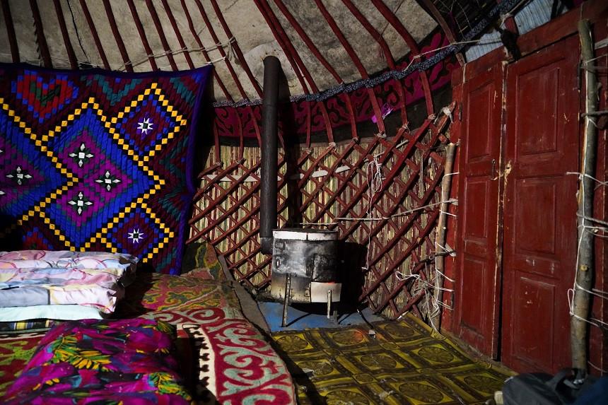 Innenbereich einer traditionellen Jurte in Kirgisistan