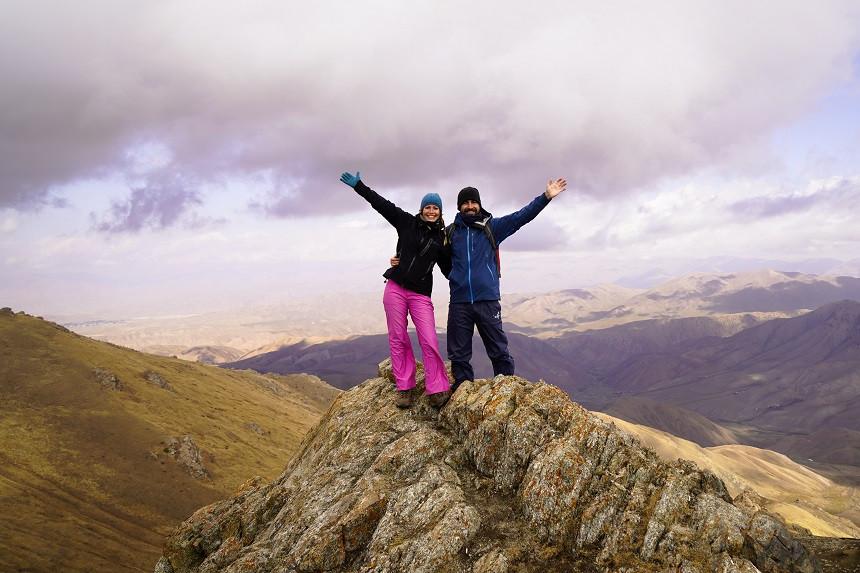 Kati und Hermann von buntumdiewelt.de posieren auf einem Berg