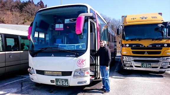 Hermann neben Reisebus in Japan