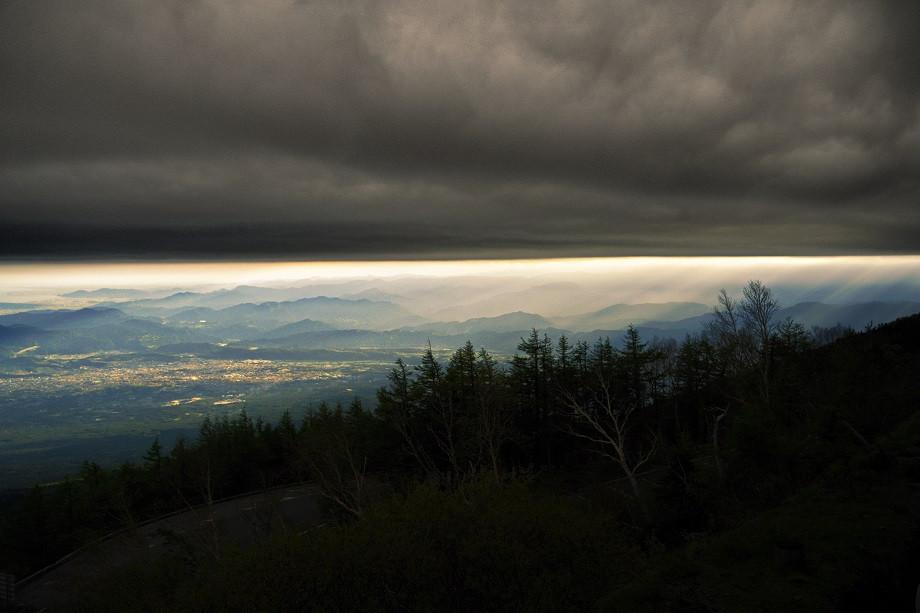 Dramatische Wolkendecke an der Baumgrenze des Fuji