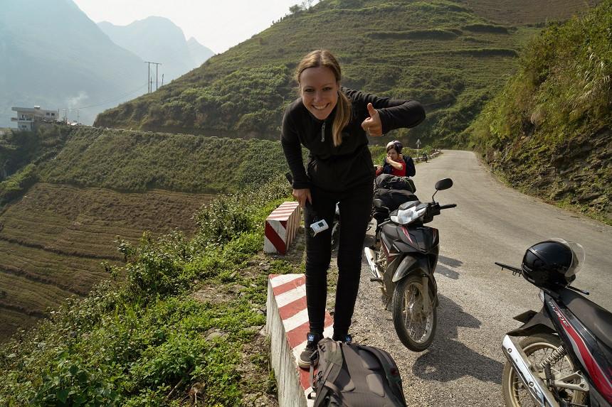 Kati vor Motorrad