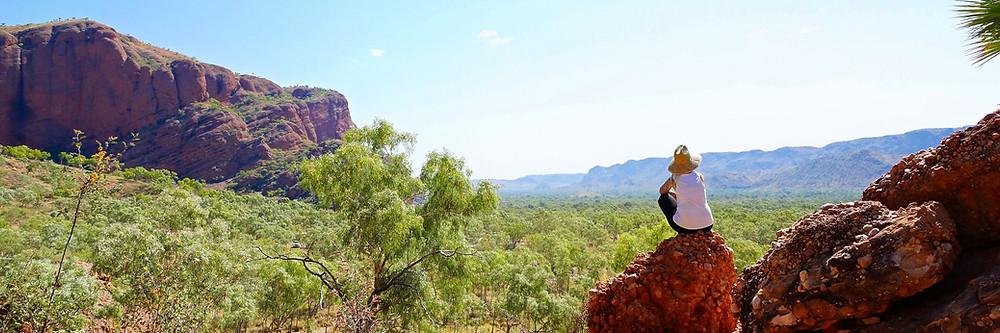Kati blickt auf das Outback in Australien