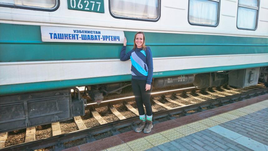Kati posiert vor Nachtzug in Usbekistan