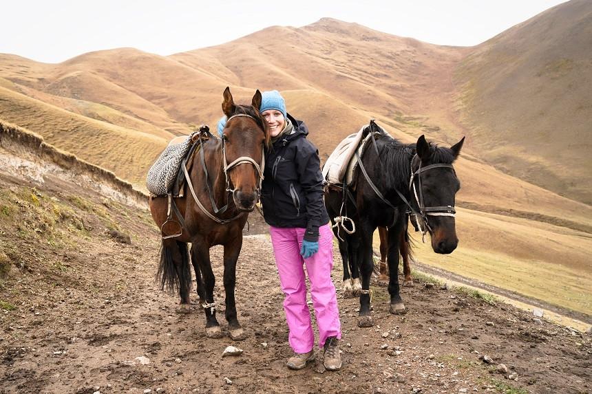 Kati kuschelt mit einem Pferd