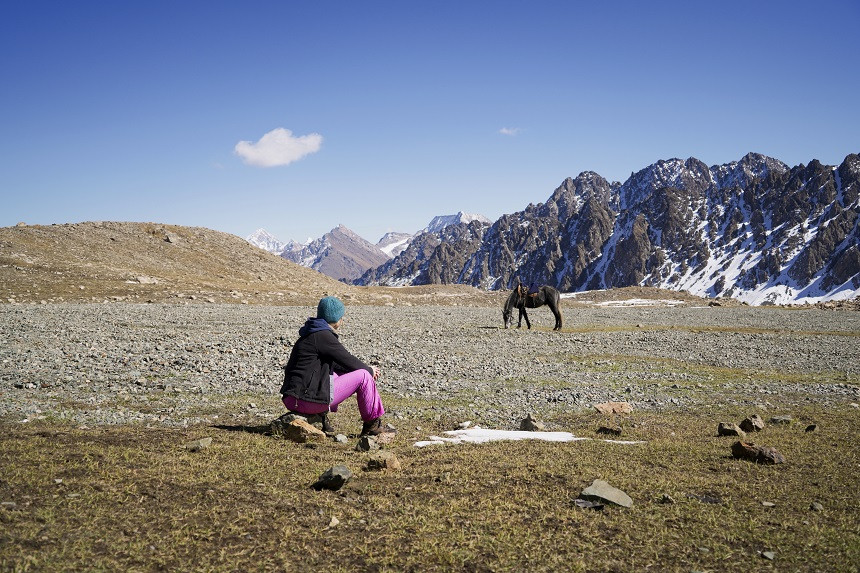 Kati beobachten Pferd - Ruhe in den Bergen