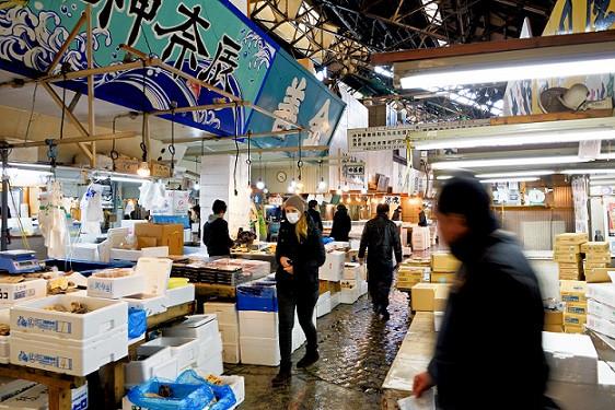 Kati mit Mundschutz auf dem Tsukiji Fischmarkt in Tokio