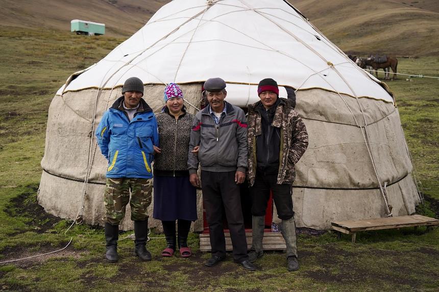 Vier Kirgisen vor einer Jurte