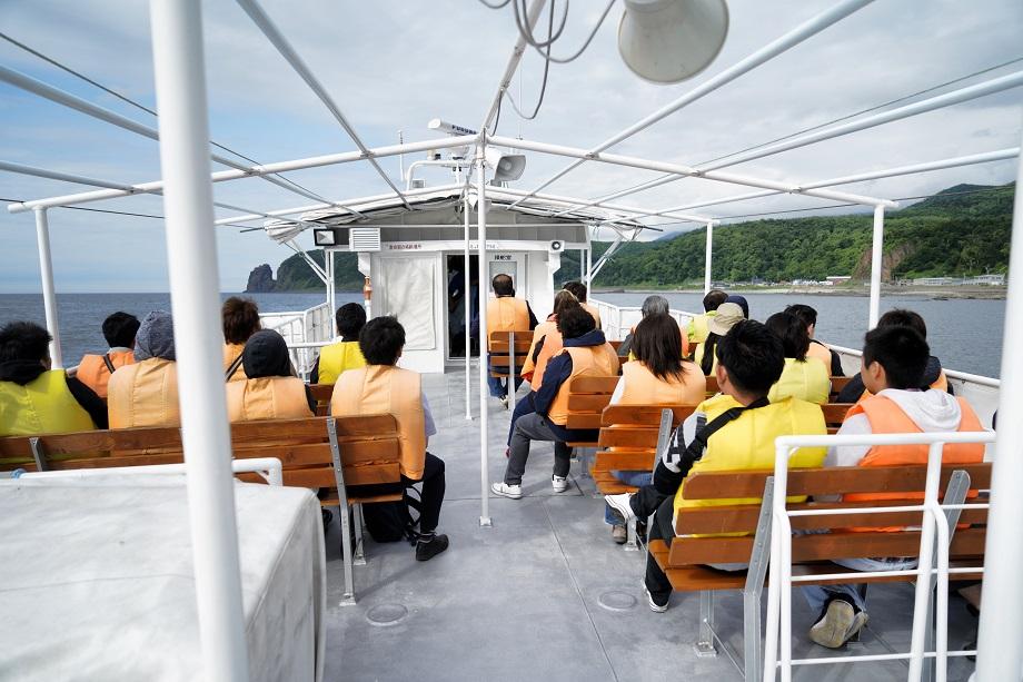 Ausflugsboot vor der Küste Utoros