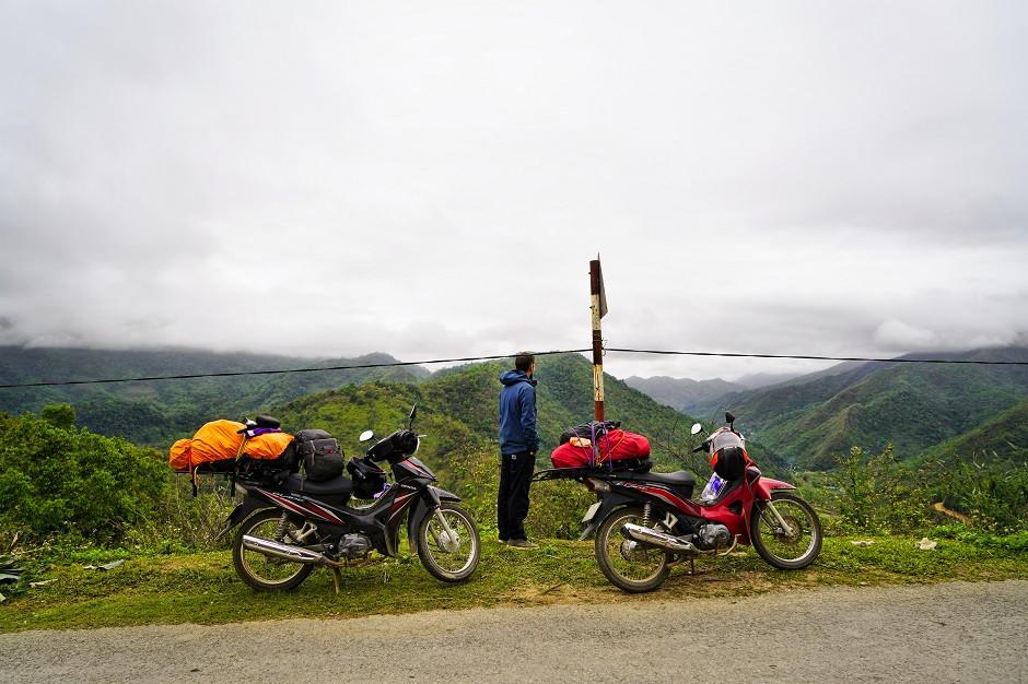 Motorräder vor Landschaft in Vietnam