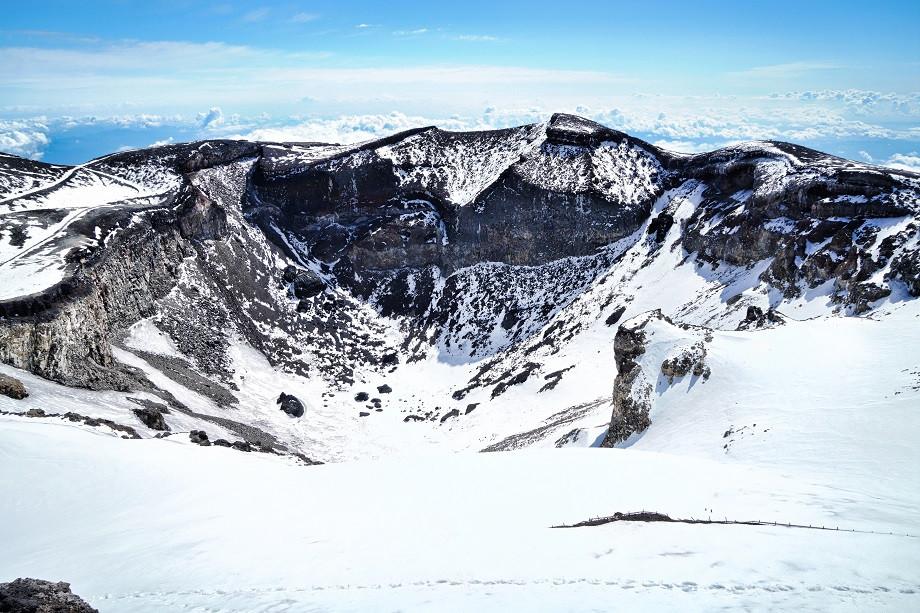 Schneebedeckter Krater des Fuji