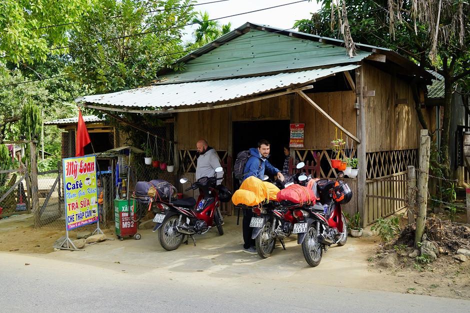 Motorräder vor einem Cafe in Vietnam