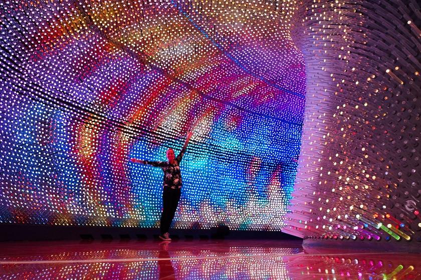 Überdimensionale Discokugel im Nationalmuseum Astana