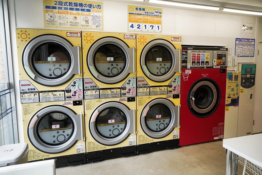 Waschmaschinen im Waschsalon in Japan