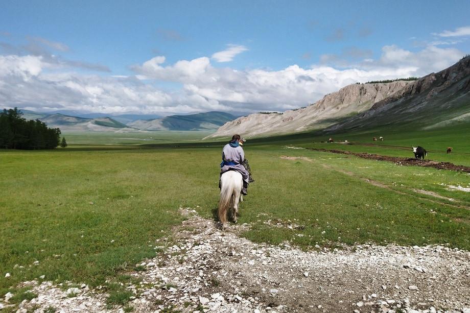 Hermann reitet durch ein mongolisches Tal